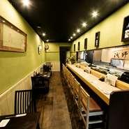 赤酢のしゃりを使った本格的な江戸前寿司など、鮮度にこだわった海鮮料理がいただける【寿司 浅野屋】は、和食好きな2人のデートにぴったりです。落ち着いた雰囲気の中、にこやかに歓談しながら楽しいひとときを。