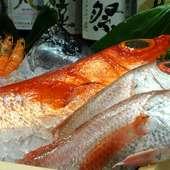 築地から直送で届く、新鮮な魚介類を寿司や造りで味わう