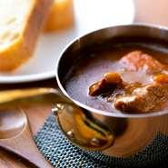 国産の牛タン、神戸牛や国産牛の肉を処理した時にでるスジなどを一日中煮込んだ逸品。自家製のブイヨンをベースにつくった、奥深い味わいです。具材はシンプルにニンジンと玉ねぎのみ。