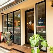 大きなガラス窓が開放的な雰囲気を醸し出すエントランス