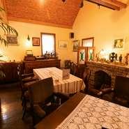 本館と別館を用意する【プチ珈琲館】。別館にはアンティークの家具や小物を配し、ゆったりとした空間を演出。日常から離れた優雅なひと時を過ごせます。