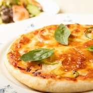 自家製生地でおつくりする『石窯ピザ』は、300度の石窯で一気に焼き上げる本格派。外はパリッと、中はもちもちの絶妙な食感をご満喫頂けます。