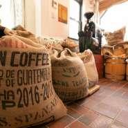 腕の良い焙煎士がひく焙煎したての「コーヒー」は、ご自宅用に販売も行っております。また新鮮な「野菜」でつくる、できたてのお料理にもご注目ください。