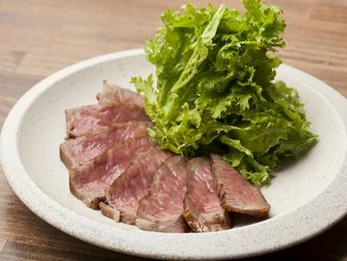 辛味が特徴のわさび菜と、旨味たっぷりの和牛リブロースの相性が抜群の『大人のわさビーフ』