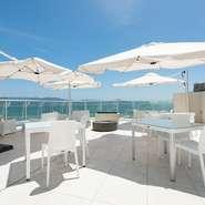景勝地として知られる和歌浦の海を一望できるテラス席は全部で22席。空の青さと海の碧さを眺めながら食事を楽しむ。そんなリゾート気分を盛り上げます。