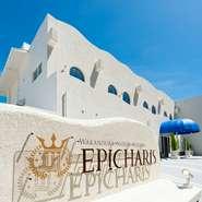 ホテルのコンセプトでもあるギリシャのリゾート地をイメージした白を基調とした爽やかな外観と内装。非日常から解放された特別な寛ぎ時間を満喫できます。