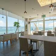 テーブル席の他に、オーシャンビューのソファ席、また、テラス席、遊び心を誘うハンモックも。夜は、ライトアップされ、ムーディーな空間に変わります。