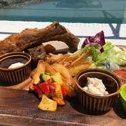 エビ 白身魚のフライトオニオンリングが入ったお手軽に楽しんでいただけるイギリス発祥の定番ファストフード タルタルソースとケチャップでお召し上がりください