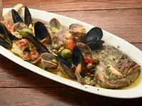 鯛や浅利、ムール貝などにオリーブやケッパーを合わせ、魚介の旨味を存分に堪能できるボリュームたっぷりな一皿に。ワインにぴったりな逸品です。