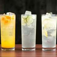 女子会のお供には『塩レモンサワー』『塩すだちサワー』『温州みかんサワー』の、柑橘サワーがおすすめ。スッキリとした爽やかな飲みごたえが人気です。その他ドリンクメニューも女子会の定番を取り揃えています。