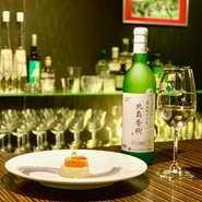ワイン【北島ケルナー2017】。  前菜【焼きナスのパンナコッタ 帆立スコッタートとイクラ添え】  北海道が誇るブドウ作りの匠・北島さんのケルナーを100%使用した白ワイン。フレッシュな酸とミネラルが魚介をスッキリまとめ上げ、アフターの優しい甘みがパンナコッタの甘みとしっくり。  シェフは北海道に生まれ、志しをもって東京へ。銀座の銘店にて料理長も務め満を持して帰郷。薫り高くメリハリあるイタリアンを繰り出します