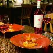 お客さまから「絶対食べるべき」と言わしめたシェフの得意分野【パスタ】。 合わせるワインは【ファンティーニ チェラスオーロ・ダブルッツォ2018】 パスタは【ボタン海老のトマトクリーム】。 アドリア海に面した魚介豊富なアブルッツォ。チェリー色のロゼは仄かにスグリやサクランボの香り。イタリアの一地方ではロゼと甲殻類のペアリングは定番です。一見想像できない意外性。ですが、それぞれの旨味がハーモニーを奏でます。