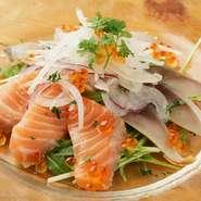 中でも前菜はどれも手づくりでとてもヘルシー。『新鮮魚介のカルパッチョの盛り合わせ』には、その日仕入れた新鮮な魚介類がふんだんに使われています。肉料理もたんぱく質豊富な鶏肉や赤身が多く健康的。