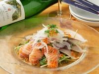 その日仕入れた新鮮な魚介類をふんだんに使った、豪華な洋風お刺身の盛り合わせです。淡麗辛口な白ワインと山葵を効かせた特製ソースがベストマッチ。Sサイズ980円