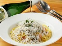 素材を贅沢に使った生パスタ。リピーターも多い人気の一皿『しらすぶっかけペペロンチーノ』