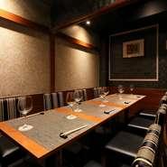 落ち着いた雰囲気のボックス席は、接待や大切な仲間との食事会などに最適です。コース料理は2名以上。席があれば、当日の予約も可能です。詳細は店舗へご確認ください。