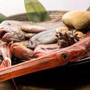 漁師・漁港・店それぞれの真摯な想いで繋がった独自のネットワークにより、全国の漁港から集まってくる新鮮魚介類。朝揚がった魚介類がその日のうちに店舗へ届くため鮮度は抜群です。珍しい魚介にも出合えます。