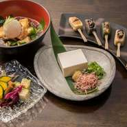 京都各地の銘店の厳選素材を使った京料理も提供している【あんじ】。季節野菜を使ったお手製のおばんざいや、麸・ゆば専門の有名店の生麩を使用した『半兵衛麩さんの生麩の田楽』など、京都を身近に感じられます。