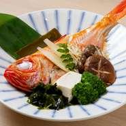 毎日刺身用に一匹買いする魚を使用。ふっくらとした味わいは、蒸し上げの時間にこだわり、良い塩梅を見計らう職人の技が成せる仕事です。昆布の香りと旨み、地酒の風味と共に、旬の魚介とスープを堪能して。