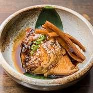 しっかりと身の甘みが感じられるよう優しい味わいに仕上げた定番メニュー。大きなあらを厳選しているため、おいしさだけでなく食べ応えもバッチリです。鯛の旨味が炊き汁に染み渡り、添えられたごぼうも名脇役に。
