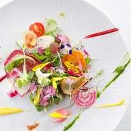新鮮な食材の良さを引き出す調理法で、鮮やかにお皿を彩ります。心にも体にも優しいひとときを、記念日や自分へのご褒美の時間に是非ご利用ください。