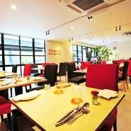 ワンフロアで開放的。ゆったりとくつろげる大人のためのフレンチレストランです。赤と黒を基調にしたスタイリッシュな空間。シンプルな内装とインテリアで、色鮮やかなフレンチがより一層華やかに見えます。