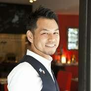 オーナーがホテル・レストランでの接客歴30年を数えるサービスのプロ。お客様の要望の細部まで気配りが行き届いています。 季節感のある料理を引き立てるワインや日本酒のペアリングが絶妙と評判です。