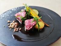 旨味たっぷりの『箱根西麓牛ランプ肉のロースト 湘南味噌と落花生のマデールソース』