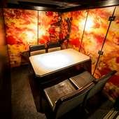落ち着いた店内には、接待から宴会まで使える個室を完備