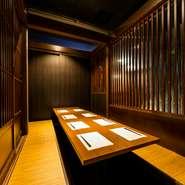 間接照明の優しい光と和モダンで統一された空間は、どこも足を伸ばして座れるのでくつろげます。人数に合わせて大小様々な個室も完備。落ち着いた雰囲気漂う大人の隠れ家的な個室で、大切な時間を過ごせます。