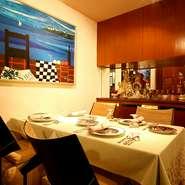 ご人数に合わせてお席はご用意いたします。10名様まで1つのテーブルでご案内することも可能です。