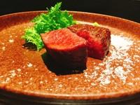 「幻の尾崎牛」のユッケや、1ヶ月以上熟成させた九州産の牛ステーキなど当店の一押しを味わって頂けます