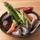 料理長自ら直接目で見て厳選する、春夏秋冬の野菜や魚介