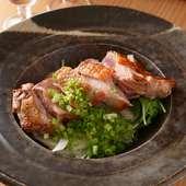 朝引きされた地鶏を、さっとタタキにしてポン酢でいただく『大和肉鳥タタキ』