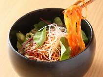 韓国冷麺をピリ辛のサラダ仕立てに