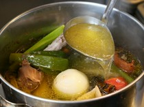 そのままでも美味しい、鶏スープを使った親子丼をぜひ