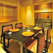 椅子に座ったときに、窓からの風景がちょうど目線にくるような絶妙な設計。四季折々の風情を味わうのが日本料理の大きな要素。だからこその演出です。
