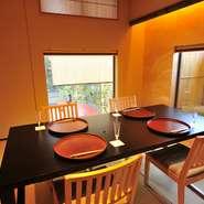 目に優しいシンプルな色調でまとめられた居心地のよい個室。大切な人を招待するのにもぴったりです。
