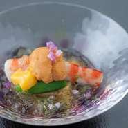 旬の素材をシンプルな調理法でいただく。これが日本料理の醍醐味でもあります。季節感を一緒に味わうことで、食材への感謝の気持ちも感じられる一皿です。