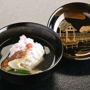 日本料理のメインは煮物椀。季節ごとに毎月変わる食材のポテンシャルを生かすために、羅臼昆布と鹿児島の本節を使って納得のいく出汁をとっています。