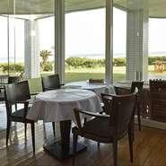 着席は50名ほど、立食スタイルならば100名まで入れるレストランです。通常、コースはありませんが、事前の相談があれば対応が可能だそう。海を一望できる素晴らしい空間で、素敵なパーティーを催してみては。