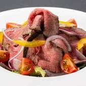 見た目もカラフル。野菜が豊富で食べやすい『自家製ローストビーフ』