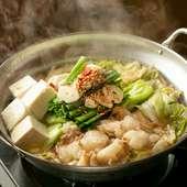 和牛もつの旨みが引き立つ「しょうゆ味」。トッピングで味の変化も楽しめる『もつ鍋(しょうゆ味)』