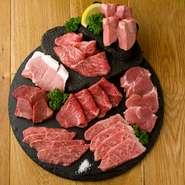 目にもおいしい、本日の厳選部位を溶岩焼きでじっくりぜいたくにいただくお肉の盛り合わせ。肉焼き職人といえるシェフがていねいに焼き上げます。内容は5種と8種があるから、お腹と気分で選んでください。