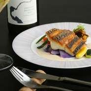 その日に入荷した鮮魚をその日のスタイルで『本日のお魚料理~淡路島産スズキのポワレ白ワインソース』