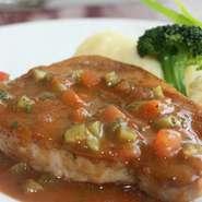 地元食材を使用 カジュアルなコース料理を。  ・前菜 ・メイン料理(お肉料理) ・デザート ・パン ・珈琲