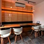 テーブル席は2名掛けが4卓あり、合計8名。ほかにカウンターが6席あり、貸切なら最大14人まで収容可能。少人数から仲よしメンバーでの宴会、貸切パーティーはいかが? 飲み放題込みのコースも用意されています。