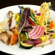 栄養たっぷりな温野菜とシャキシャキの生野菜を合計25種類ほど使用している、ヘルシー感満点なパスタ。ニンニクと唐辛子の風味が食欲をそそります。麺は手打ちのキターラで、モチモチの食感がたまりません。