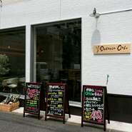 三軒茶屋駅から徒歩10分。開放的な大きな窓と白い壁が印象的なイタリア料理店。店頭の立て看板にも注目!