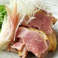 朝引きの地鶏を使用しているので鮮度は折り紙つき。歯応えのある肉質で噛んでいると甘みが出てきて、肉のおいしさをより一層感じられます。みょうがやねぎなどの薬味と一緒にポン酢でいただくのがおすすめ。